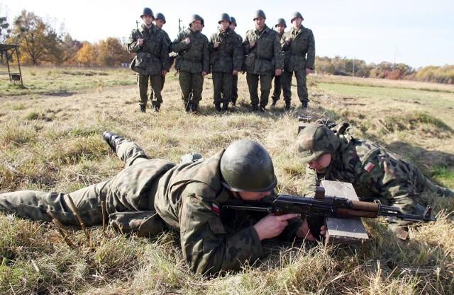 Wojskowa Komenda Uzupełnień w Bielsku Podlaskim prowadzi nowy nabór do służby przygotowawczej. by poznać szczegóły wróć do artykułu. By zobaczyć zarobki w wojsku, kliknij strzałką w bok.