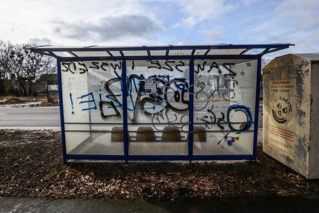 Wiele wiat przystankowych w Bydgoszczy i okolicach zostało zniszczonych przez wandali. Pomazane pseudograffiti straszą pasażerów czekających na autobus. A chuligani pozostają bezkarni...INFO Z POLSKI - przegląd najciekawszych informacji ostatnich dni w kraju (05-11 maja 2017)