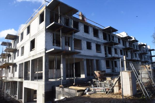 budownictwo mieszkanioweKoronawirus nie wstrzymał pracy na budowach, ale liczba wydawanych pozwoleń na budowę spadła.