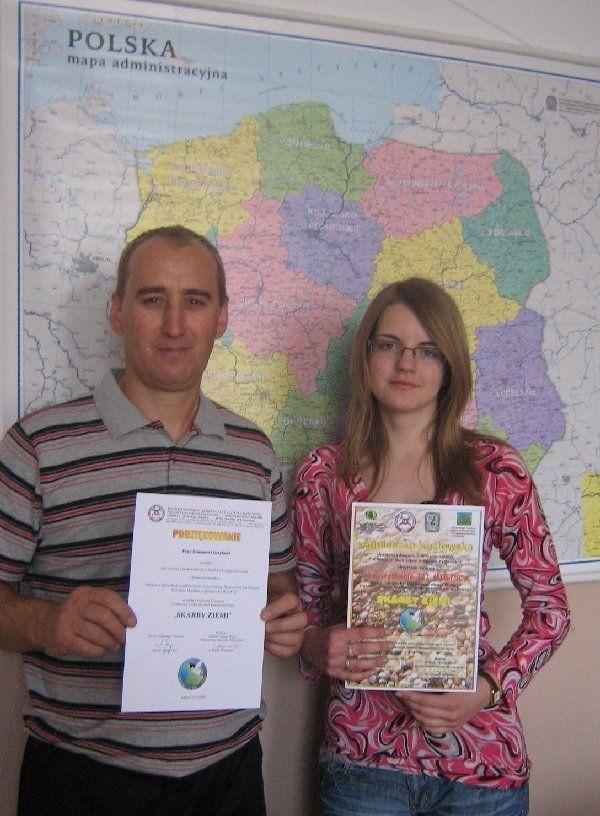 Szczęśliwa laureatka - gimnazjalistka Agnieszka Kozłowska i  jej nauczyciel, Roman Grzyb