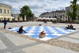 Żywe szachy na Rynku w Kielcach. Wyjątkowa atrakcja w ramach Budzenia Sienkiewki (ZDJĘCIA)