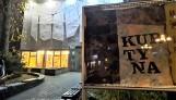 """Galeria BWA w Zielonej Górze zamknięta dla zwiedzających? Wystawę """"Kurtyna"""" Pawła Żukowskiego można oglądać przez całą dobę! Przez szybę"""