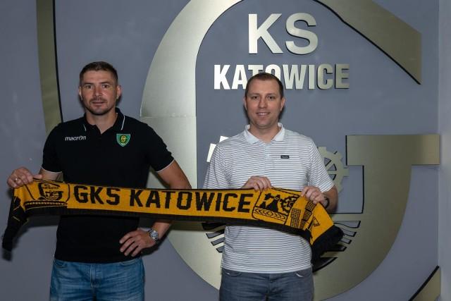 Nowy nabytek GKS Katowice Maciej Kruczek w towarzystwie dyrektora sportowego sekcji hokejowej Rocha Bogłowskiego