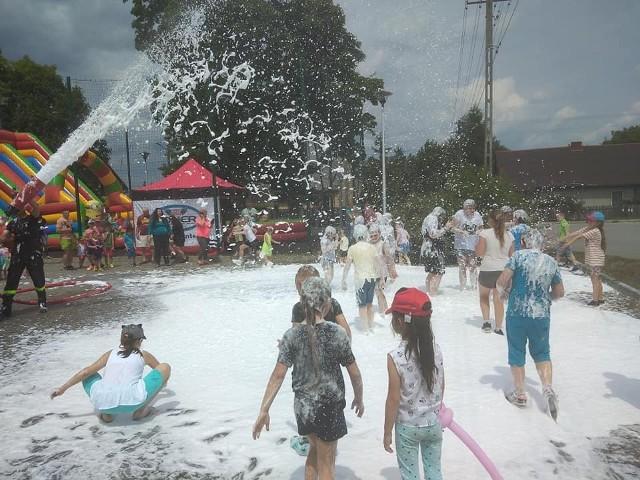 """Super zabawa podczas pikniku rodzinnego """"Trzy godziny dla rodziny"""" w Nagłowicach. Wielką frajdę sprawił prysznic z piany."""