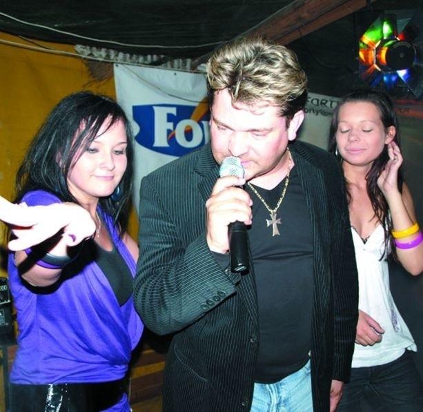 Pomysł chwycił: na piątkowe imprezy w rytmach disco polo przychodzi mnóstwo osób. W miniony piątek w Ostoi zagrał zespół Akcent.