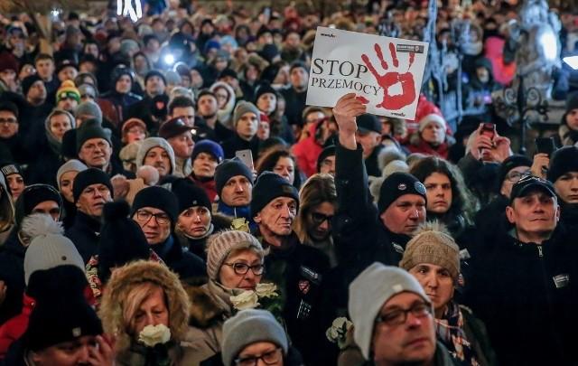 Tragiczne wydarzenia w Gdańsku w styczniu 2019 roku. Paweł Adamowicz śmiertelnie ugodzony nożem na scenie WOŚP, zmarł 14 stycznia w gdańskim szpitalu.