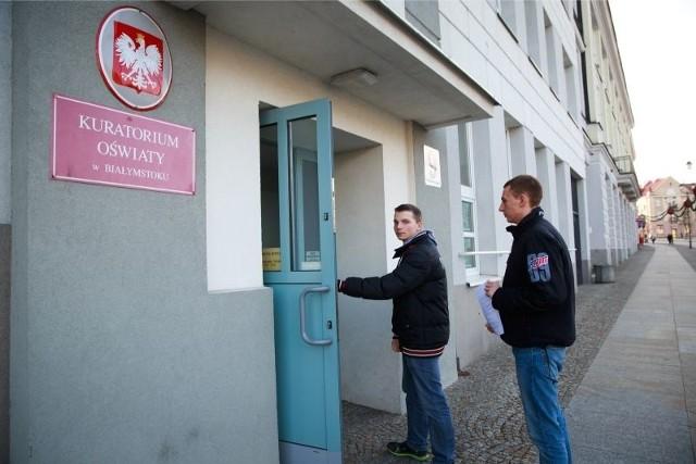 Jakub Perkowski (z lewej) i jego kolega Dominik Dołęgiewicz wraz z rodzicami zanieśli pismo do kuratorium, w którym opisali swoje doświadczenia ze szkołą prowadzoną przez Eduzam.