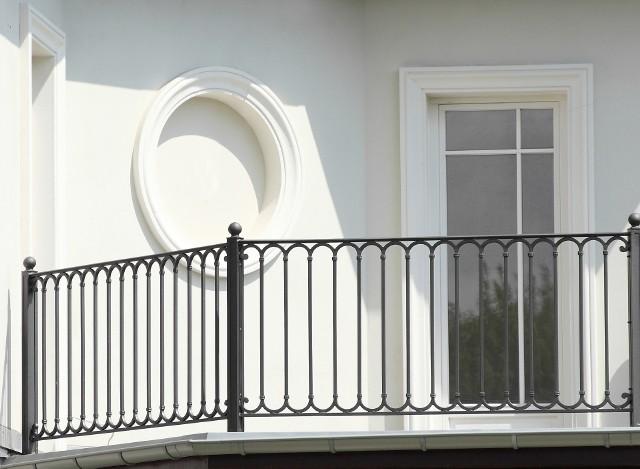 Balustrada balkonowa z metaluKuta balustrada wygląda bardzo elegancko.
