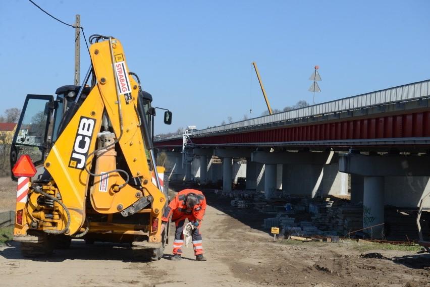 Cały czas trwają prace związane z budową mostu na S3...