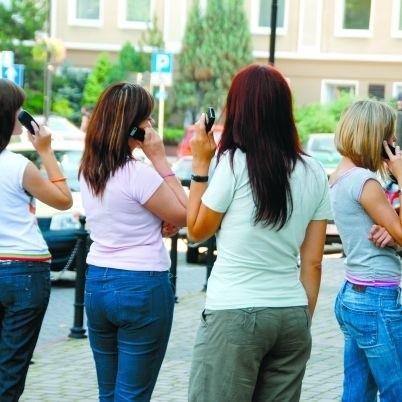 Kobiety uwielbiają telefoniczne pogaduszki. I mają znacznie większe długi, jeżeli chodzi o płacenie rachunków telefonicznych, niż mężczyźni...