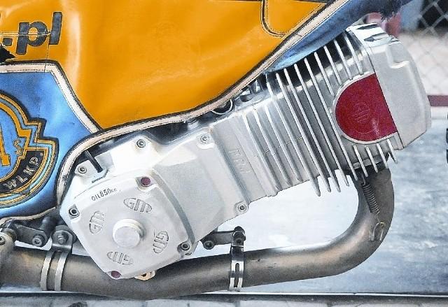 """Silnik (czeska jawa lub włoski GM) posiada tylko jeden cylinder, gaźnik, świecę zapłonową, cztery zawory, sprężyny, krzywki, wał korbowy. Masa detali. Bardziej elastyczny jest """"Włoch"""", ale to jawę preferuje się na """"kopę""""."""
