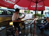 Dariusz Rączka koncertował na rynku w Warce. Muzyk wykonał między innymi hymn morsów [ZDJĘCIA]