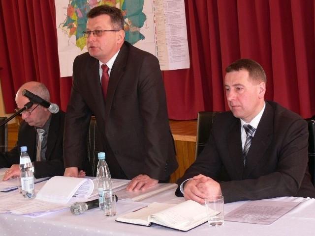 Po udzieleniu absolutorium, wójt Grębowa Kazimierz Skóra (w środku) podziękował radnym za zaufanie, a sołtysom i pracownikom urzędu za dobrą współpracę.