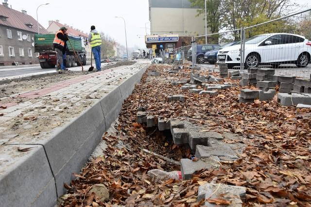Różnica poziomów pomiędzy nowym chodnikiem a parkingiem przy wjeździe do Stegu Areny