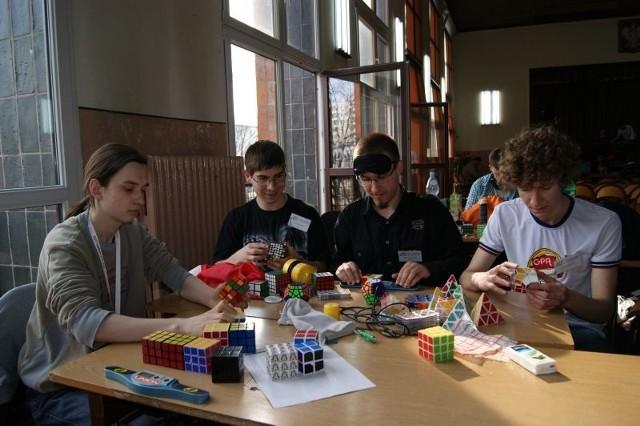Łukasz Boczek (od lewej), Wojtek Paluch, Marcin Kowalczyk i Jacek Wiśniewski - wczoraj wzięli udział w III Otwartych Mistrzostwach Pomorza i Kujaw w układaniu kostki Rubika