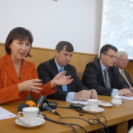 - Propozycja prezydenta Tyszkiewicza była chyba nieprzemyślana - mówi Bożenna Bukiewicz. Obok niej od lewej: rektor Czesław Osękowski, prezydent Janusz Kubicki i burmistrz Ignacy Odważny.