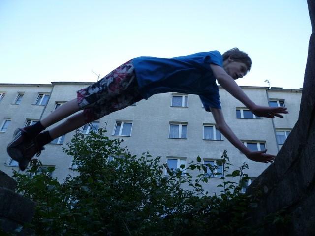 Amatorzy parkouru miejskiego w Prudniku przygotowują się do pierwszych publicznych występów. Być może zobaczymy ich niebawem na jakimś festynie czy imprezie sportowej.