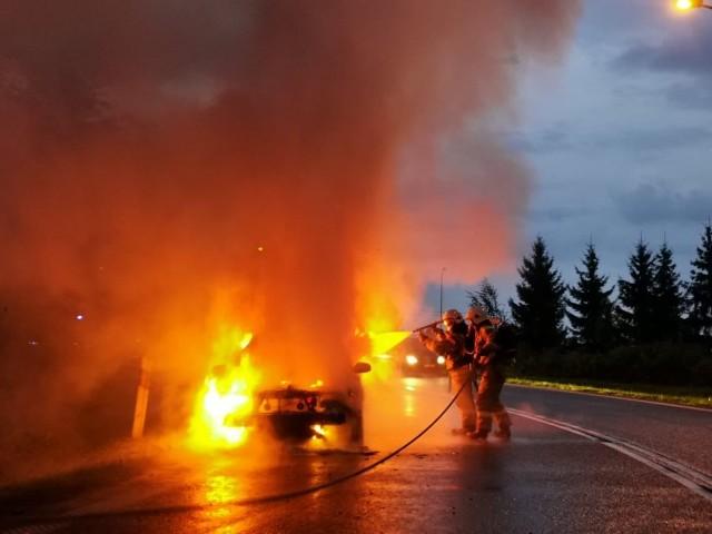 Pożar osobowego volvo na wjeździe na drogę ekspresową S8 w Choroszczy