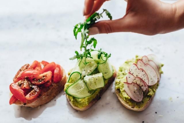 Kanapki wcale nie muszą być nudne! Wystarczy odrobina wysiłku i w zaledwie kilkanaście minut możesz wyczarować w swojej kuchni smaczne, zdrowe i sycące śniadanie. Zobacz, jakich składników potrzebujesz, aby przyrządzić taki poranny posiłek lub pożywne jedzenie do pracy.