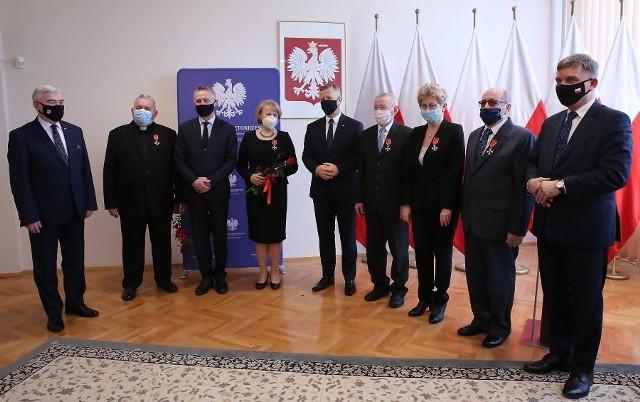 Pamiątkowe zdjęcie odznaczonych z władzami województwa
