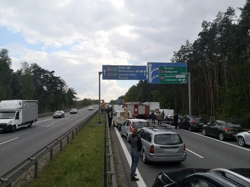 Zderzenie ciężarówki i busa na A6 w kierunku Kołbaskowa. Utrudnienia w ruchu na jezdni między węzłem Dąbie a Kijewo