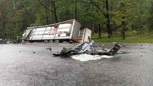 Tatarowce. Wypadek śmiertelny na DK65. Ciężarówka zderzyła się z osobówką. Zginęły cztery osoby