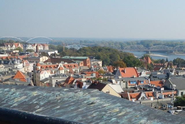 Z tej perspektywy- wieży ratusza staromiejskiego w Toruniu - widać dwa wiślane mosty: stary kratownicowy kolejowy i nowy drogowy z charakterystycznymi łukami. Te i wszystkie inne mosty na kujawsko-pomorskim odcinku Wisły przedstawiamy na kolejnych zdjęciach