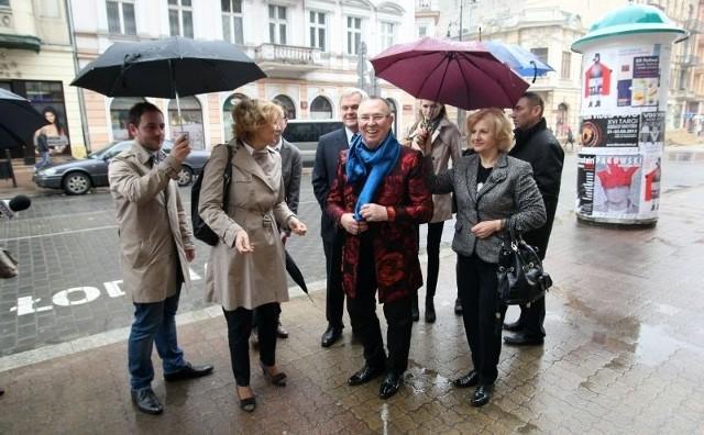 Ambasador Rosji w Polsce Aleksander Aleksiejew, prezydent Łodzi Hanna Zdanowska i projektant mody Sława Zajcew podczas spaceru ul. Piotrkowską w kwietniu tego roku.