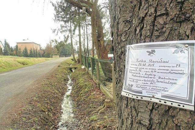 Na tej ulicy w Piotrowicach zginął 23-letni Stanisław Kuska. Jego ciało znaleziono w ubiegły piątek około godz. 22.40. Pogrzeb odbył się  we wtorek. Rodzina nie może pogodzić się ze stratą