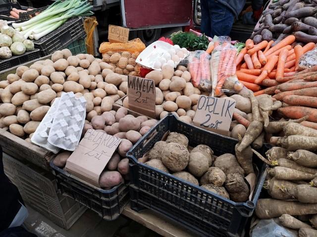 Wyższe niż w pozostałych rejonach ceny ziemniaków trzymają się na targowiskach w Krakowie.