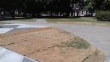 Wycieraczki przed pomnikiem! Ułożyli trawnik, którego nie podlewali, wątpliwa ozdoba pomnika ofiar katastrofy smoleńskiej w Łodzi