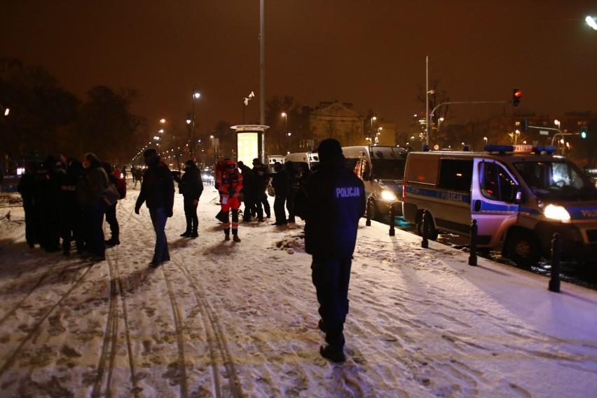 Warszawa: Strajk kobiet przed siedzibą TK. Cztery osoby zatrzymane, w tym Klementyna Suchanow [ZDJĘCIA]