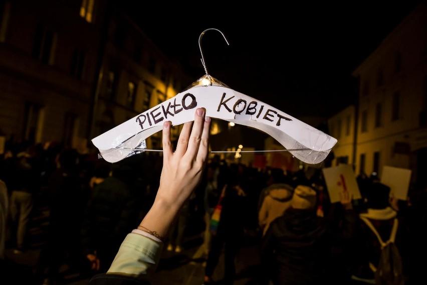 Zakaz aborcji w Polsce nie powoduje, że jej nie ma. Wsparcie...