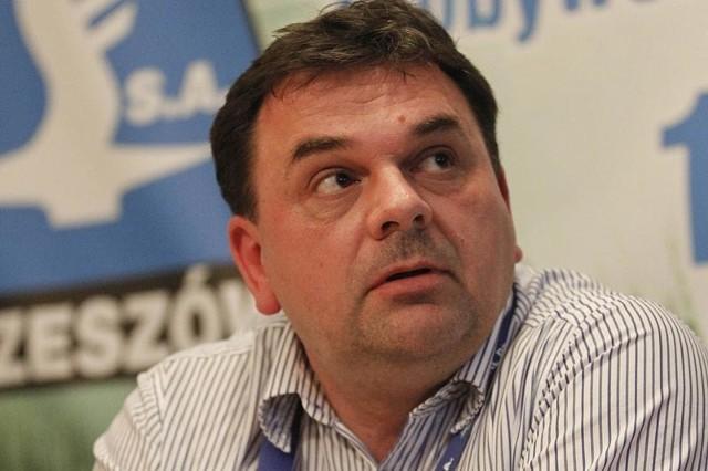 Marek Poręba z pracy w Wojewódzkim Ośrodku Ruchu Drogowego w Rzeszowie zrezygnował, bo zachodziło podejrzenie, że łamie przepisy. Był równocześnie dyrektorem WORD i prezesem klubu sportowego Stal Rzeszów.
