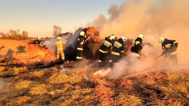 W poniedziałek zauważono pożar stogu słomy w miejscowości Nienowice w powiecie jarosławskim. Na miejsce udały się dwa zastępy OSP Stubno z pow. przemyskiego oraz dwa zastępy OSP Duńkowice i jeden zastęp OSP Radymno z pow. jarosławskiego. Przyczyną pożaru było najprawdopodobniej podpalenie.