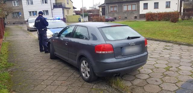 W środę na ul. 1 Maja w Białogardzie patrol białogardzkiej drogówki zauważył pojazd marki Audi, którego kierowca popełnił wykroczenie drogowe. Mimo, iż kierujący szybko próbował odjechać mundurowi niezwłocznie zatrzymali go do kontroli.Już na początku rozmowy policjant zauważył, że  mężczyzna siedzący za kierownicą audi jest bardzo pobudzony, zachowywał się nerwowo. W trakcie prowadzonych czynności szybko okazało się, że mężczyzna nie posiada uprawnień do kierowania, a ponadto spoczywa na nim sądowy zakaz prowadzenia pojazdów.Jednak to nie był koniec niespodzianek, bo przy kierującym ujawniono cztery zawiniątka z białym proszkiem. To była amfetamina!Rzecznik prasowy KPP Białogard sierżant Joanna Krajnik potwierdziła nam, że badanie na urządzeniu Drager dało pozytywny wynik. 34-letni mężczyzna, mieszkaniec Koszalina był pod wpływem amfetaminy. Jego pojazd został odholowany na policyjny parking.Zobacz także Otwarcie Komendy Powiatowej Policji w Białogardzie