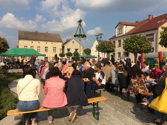 Uczestnicy spotkania skupili się w jednej części Rynku. Klimat wspólnej zabawy był bardzo dobry.