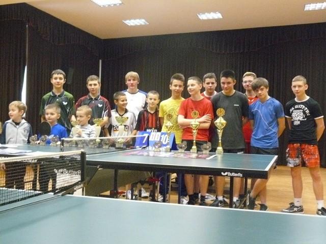 Uczestnicy turnieju tenisa stołowego