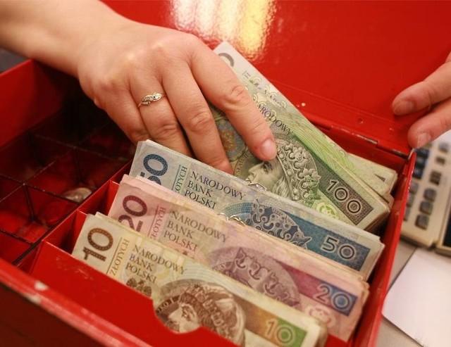 500 plus to sztandarowy program PiS, który w założeniu miał zwiększyć dzietność w Polsce. Pod tym względem rząd poniósł porażkę, ale z programu nie zrezygnowano. Co więcej, w związku z inflacją mówi się o potrzebie podwyższenia wysokości świadczenia. Ile w przyszłym roku powinno wynosić 500 Plus? Wyliczył to Instytut Emerytalny. Poznajcie najnowsze dane!Czytaj dalej. Przesuwaj zdjęcia w prawo - naciśnij strzałkę lub przycisk NASTĘPNECZYTAJ TAKŻE:Zarobki Polaków poszybowały w górę. Zaskakujące dane GUSDochód Podstawowy: 1200 zł dla każdego i 600 zł ekstra dla dziecka