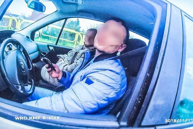 11 listopada 2019 r. w dniu Narodowego Święta Niepodległości oskarżony funkcjonariusz białostockiej drogówki wraz z partnerem pełnili zmotoryzowany patrol. Na ul. Sopoćki zatrzymali do kontroli kierowcę renault, który przekroczył dozwoloną prędkość jadąc 75 km/h. Wiózł babcię. Kierowca został wylegitymowany i zbadany na obecność alkoholu w organizmie. Okazało się, że jest trzeźwy. Najpierw próbował negocjować pouczenie, powołując się na święto. Ostatecznie mandat zdecydował się przyjąć. Po sprawdzeniu w policyjnych systemach, wyszło jednak na jaw, że jest poszukiwany. Miał do odbycia zaległy wyrok pół roku więzienia za narkotyki. Nie stawił się jednak w wyznaczonym terminie.