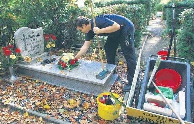 """Przed 1 listopada łódzkie firmy, zajmujące się sprzątaniem grobów, mają pełne ręce roboty. Terminy na ich usługi powoli sie kończą, bo co raz więcej łodzian decyduje się zlecić sprzątanie grobów swoich bliskich. Już za niecały miesiąc Święto Zmarłych. Większość ludzi odwiedzi w tym czasie groby swoich bliskich, uprzątnie ich mogiły, a także zapali symboliczny znicz. Niestety nie wszyscy będą mieli taką możliwość. Ci zapracowani, mieszkających za granicą lub po prostu daleko od miejsca spoczynku bliskich, rezerwują już teraz terminy u firmy świadczących usługi sprzątanie i czyszczenie nagrobków. - Dzwonią zarówno osoby starsze, które nie mają siły same posprzątać grobów jak i młodzi ludzie, którzy wyprowadzili się z rodzinnych miejscowości i z rożnych powodów przed 1 listopada nie będą mieli możliwości dojechać i uprzątnąć miejsc pochówków swoich bliskich - mówi Piotr Lis z łódzkiej firmy ,,Błysk"""". Dodaje, że mimo iż jest dopiero początek października klienci już teraz rezerwują terminy. Czytaj na kolejnym slajdzie"""