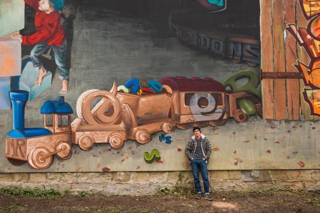 Graffiti można podzielić na obraz i literę. Artur Stec jest writerem. Na ścianach zostawia swój tag
