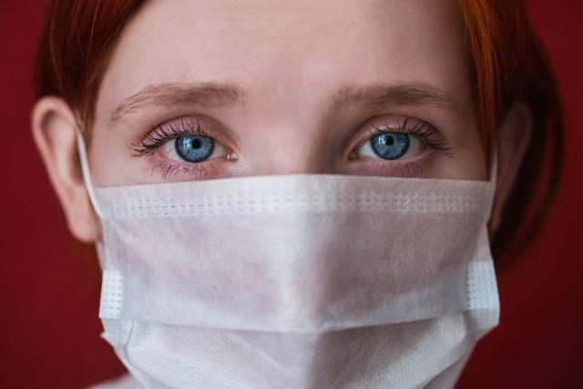 Noszenie maseczki ochronnej zabezpiecza przed infekcją koronawirusem.