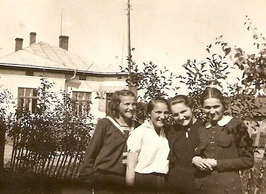 Cztery siostry Pleziówny przed swoim domem w Kołomyi w 1934 roku: Stanisława, Maria, Janina, Emilia. Po wojnie osiadły w Opolu.