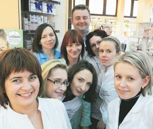 - Dobrze się nam tu pracuje i żadna z nas nie chciałaby zmienić pracy - przyznają farmaceutki z apteki Hygea, z tyłu szef - Witold Wendowski