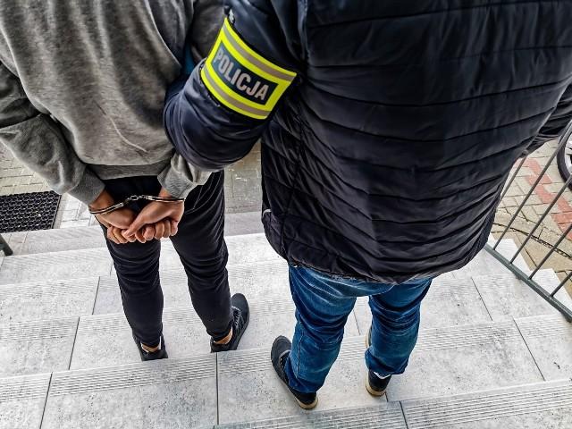Podejrzany został zatrzymany dwa dni po kradzieży. 18-latek otwierając drzwi swojego mieszkania, nie spodziewał się, że otwiera je policjantom.
