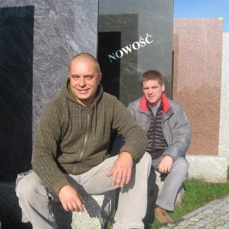 - To nasza galeria surowej płyty z granitu - mówią (od lewej) Krzysztof Piaseczny i Tomasz Żółkiewicz