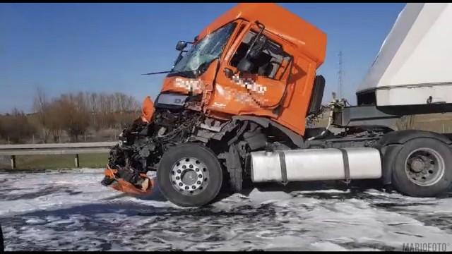 Zderzenie dwóch ciężarówek na autostradzie A4.