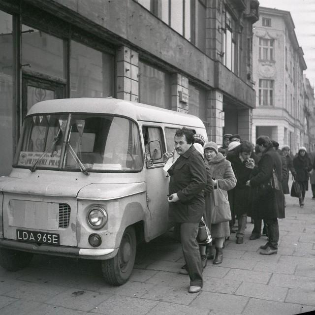 """Lata osiemdziesiąte. Jak wyglądała wtedy Łódź?Były to czasy, że auta nie były dostępne powszechnie. By je kupić trzeba było najpierw zrobić tzw. przedpłatę. W 1981 roku w Łodzi było ponad 55 tysięcy takich przedpłat.  Najwięcej na """"malucha"""", bo 42 tysiące. W 1982 roku chciało go otrzymać 15 tysięcy osób, a w 1985 – 11 tysięcy łodzian. Na zdjęciu:Łódzka ulica i kolejkaCZYTAJ I OGLĄDAJ DALEJ >>>>"""