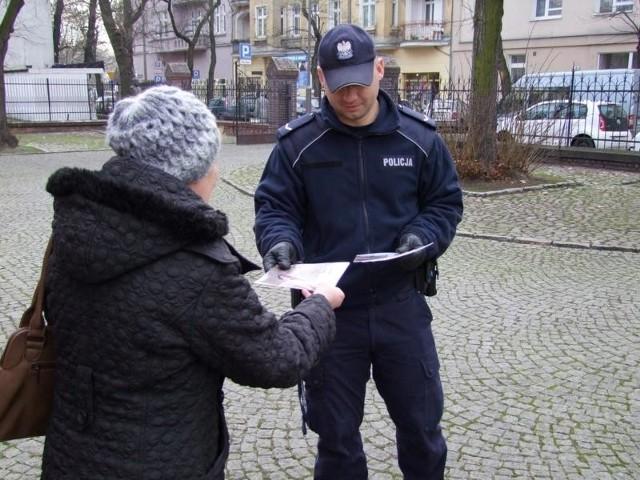 """Policjanci ostrzegają starszych mieszkańców Poznania, by nie ufali telefonicznym """"wnuczkom"""", którzy proszą o pomoc finansową. Rozdają ulotki z numerami policji, pod które zgłaszać można takie sprawy"""